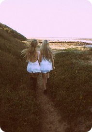 走在田间的小路上。