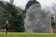 """此次展览中有许多大尺度的人像雕塑,艺术家用透明的结构材料来制作这些作品,让镂空的人像与周边的自然景观相融合。其中,""""知识之殿""""作为户外主要雕塑用钢制字母建造了一个巨大的人体,艺术家将雕塑转化成建筑,参观者可以走进作品中体验不一样的感受。很多作品都融合了光、声和文字元素,向参观者展示了完全拟真的空间概念。"""