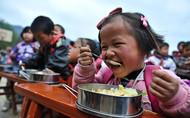 在这些山村小学,学生的情况大多类似:家庭经济条件差,父母忙着挣钱,孩子们的午饭难有保障,中午吃点凉红薯、凉米粥对于他们来说是常事