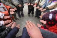 2012年01月07日,湖南湘西,娃娃们虽然都带了炭盆,但他们的小手上都长了冻疮