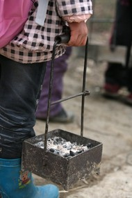 """提着炭盆上学""""这是不少人心中儿时抹不去的记忆,而在湘西古丈县红石林镇的白果小学,寒冷的冬天,这里的学生在仍是提着炭盆上学。2012年1月7日,记者来到白果小学,感受到大山深处这群娃娃上学的不易"""
