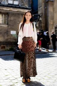 小清新的衬衫和豹纹长裙的混搭,一点都不突兀。