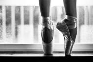 欣赏芭蕾舞的高贵优雅,更喜欢的是舞者踮起脚尖舞动的优美姿态。踮起脚尖,仿佛变能触碰天堂;踮起脚尖,似乎就能触摸到一切美好的事物。