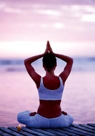 """【你有必要了解瑜伽的历史】五个阶段的发展第一个阶段:开始萌生一些简单的哲学思想,例如对于""""我是谁""""""""自我解脱""""这一类问题的探寻。第二个阶段:三千年至五千年之间,缺少文字记载,瑜伽逐渐由原始的哲学思想发展成为修行的方法,以静坐冥想苦行为主要内容。第三个阶段:三千年前,《吠陀经》的出现,使瑜伽有了系统的文字记载,之后的重要经典《奥义书》与《薄伽梵歌》使瑜伽与印度主流哲学结合,逐渐成为正统修炼方法。第四个阶段:两千年前,一位叫做帕坦嘉利的圣人写了一本对于瑜伽有深远影响的书叫《瑜伽经》,被奉为瑜伽的根本经典,瑜伽在印度哲学中的主流地位被确定,同时开始分化出若干个分支。第五个阶段:也就是在近几十年的时间中,瑜伽的一些重要上师,如希瓦南达瑜伽——马拉扬斯瓦米希瓦南达,昆达利尼瑜伽——约吉巴伽,维尼瑜伽——室利克利希那麻查亚,艾杨格瑜伽——B.K.S.艾杨格等等这些瑜伽的大师们做出了卓越的努力,使瑜伽最终推广到全球范围内,广为人知。"""