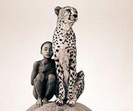 """加拿大导演和摄影师Gregory Colbert善于捕捉人与野生动物之间的关系。Gregory Colbert是一位喜好周游世界,探索异国土地辽阔和自然景观的驴友。他去过的地方包括印度,缅甸,斯里兰卡,肯尼亚,埃及,南极。在他的旅途中,他发现并记录着沿途所遇见的人与野生动物所组成的画面。他所拍摄的此系列摄影作品是要表达""""人类并不是地球上唯一主人,而只是地球上的主人之一。人类与动物之间有着千丝万缕的关系"""""""