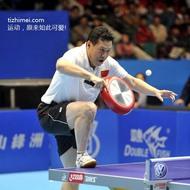 这哥们儿乒乓球技术了得,手握神器,专注的眼神,运动自如的身法,秒杀对手。