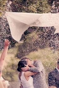 现在新郎可以吻新娘了…..