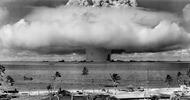"""世界上第一次水下核爆的照片。1946年,美国开展了一项名为十字路口行动的核爆试验。试验地点在比基尼环礁,整场试验共引爆了两枚核弹。其中一枚名叫贝克的核弹在水下被引爆,该组照片清晰的记录了这次试验的过程。据悉,该试验影响到了人们的预期寿命平均减少了三个月,所以这次测试后来也被称为""""世界上第一起核事故""""。真心希望我们能够生活在一个没有""""核""""的世界里。"""