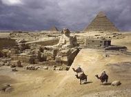 1938年埃及,三人骑在骆驼背上凝望吉萨金字塔。(摄影师:B. Anthony Stewart)  纪实摄影:国家地理10张经典照