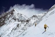 1963年尼泊尔,包括《国家地理》摄影师Barry Bishop在内的首支美国队伍成功到达珠峰顶。(摄影师:Barry Bishop)  纪实摄影:国家地理10张经典照