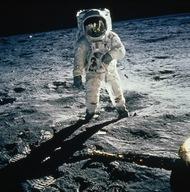 1969年月球,宇航员巴兹奥尔德林的护目镜反射出同伴阿姆斯特朗和登月舱的影像。(照片来源:美国宇航局)  纪实摄影:国家地理10张经典照