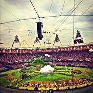 7月28日,伦敦在一大片绿地中举行奥运会开幕式,场景略带奇怪但却不失壮观,地面上有一片雪白的云朵,还有一架仿古水车。  纪实摄影:Instagram 2012年10大照片