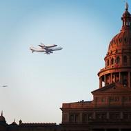 """9月20号,""""奋进号""""太空飞梭的最后一次飞行被Instagram的用户捕捉到,被选为年度第五名。  纪实摄影:Instagram 2012年10大照片"""