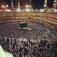 10月29日,在麦加举行的朝圣中,成千上万的朝圣者在一个建筑周围朝拜。  纪实摄影:Instagram 2012年10大照片