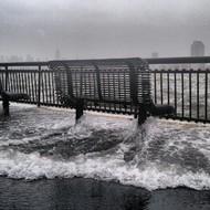 """10月29日,飓风""""桑迪""""登陆美国东海岸,洪水淹没了河岸的长椅。照片拍摄于新泽西的哈德逊河岸。  纪实摄影:Instagram 2012年10大照片"""