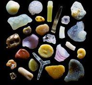显微镜下的沙子是这样的。