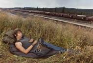 """法国《巴黎竞赛报》展出了美国摄影师迈克•布罗迪(Mike Brodie)的摄影图集《少年时光》(A Period of Juvenile Prosperity),该图集共有104页,售价65美元。7岁时,迈克•布罗迪扒上了一列火车,从此开始了他充满青春的激情与自由的冒险之旅。迈克•布罗迪带着从朋友那得来的宝丽莱SX70相机,和一群有着类似梦想的铁轨冒险年轻流浪者同行,走遍了美国的铁路,并用相机记录下了一路的生活。这个毫无任何经验的""""宝丽莱小子""""不仅成为了摄影师,还将这一场冒险旅途拍摄成了35mm电影。""""不管火车把我带到什么地方,重要的是,在路上总会有让你想要留下的一张照片。"""""""