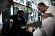 """Leslie Neale摄影作品:狱中生活对于这些拍摄于狱中的摄影作品,Leslie说,""""这些图片与电影的主题无关,只是我在美国众多监狱采访和拍摄间隙按下了快门。无论我去到哪间监狱,我都会为人们长期近距离生活所营造出来的氛围所感染。在狱中,暴力的威胁是长期存在的,但更多的时候,是一种宁静的和谐。"""