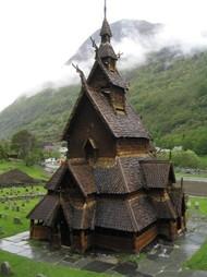 别样的风情,挪威小镇的木板教堂,恍若置身于童话女巫的宅子。