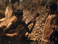 在西班牙的格拉纳达,一个音乐家正在为年轻女孩进行吉他弹奏。这张早期的彩色照片出现在1929年3月出版的《国家地理》专题摄影中。