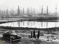 1941年,美国加利福尼亚州的斯格纳希尔,一男两女正在聊天。他们的前方是一片规模巨大的钻油塔森林。斯格纳希尔位于洛杉矶长滩北部。