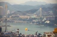 """荷兰艺术家Florentijn Hofman的招牌作品""""Rubber Duck"""",将于5月去到香港畅泳一个月。港版Rubber Duck身高16米,是历次展览中""""第二巨""""! Rubber Duck将于5月2日至6月9日在维港展出一个月。"""