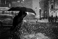 芝加哥的冬夜,飘雪中的人显得分外匆忙。摄影师Satoki Nagata的镜头之下,人影与雪印交相辉映。