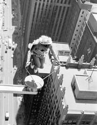 1955年7月13日,一对杂技演员夫妇在芝加哥摩天大楼上做了一次惊人的表演,女演员在一个伸出大楼的金属小圆台上跳绳,摄影师John Dominis