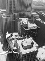 老照片——1955年7月13日,一对杂技演员夫妇在芝加哥摩天大楼上做了一次惊人的表演,女演员在一个伸出大楼的金属小圆台上跳绳,摄影师John Dominis,请勿模仿!!